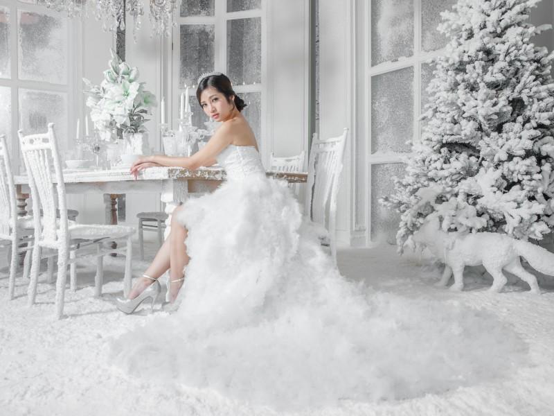 wei e weihnachtsb ume mit dekoschnee kunstschnee. Black Bedroom Furniture Sets. Home Design Ideas